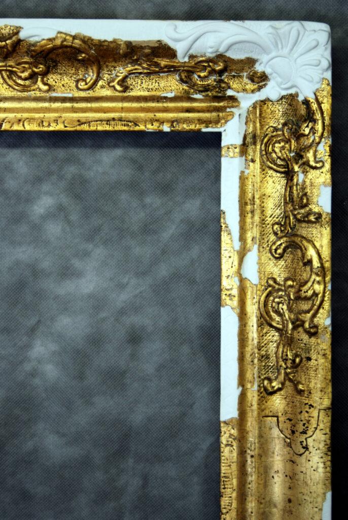 Vergoldeter Zierrahmen, Detail mit plastischer Ergänzung der fehlenden Ornamentapplikation
