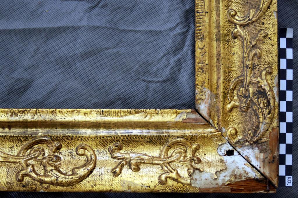 Vergoldeter Zierrahmen, Detail vor der Restaurierung